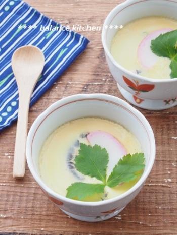 """茶碗蒸しって手間が掛かりそう…そんなイメージを覆す、レンジדめんつゆ""""で作れる簡単レシピです。少しコツはいりますが、何度も作る内にすが入らない綺麗なレンジ茶碗蒸しをマスターできますよ。"""