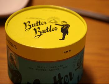 こちらの丸いボックスの中には、バターたっぷりのタルト生地にカスタードやキャラメル、マスカルポーネのクリームが3層になったスイーツが入っています。メンズライクなイラストとレトロポップな色合いが絶妙で、男性への差し入れにも◎