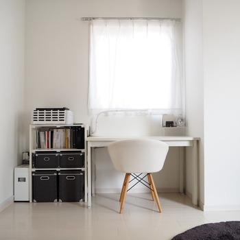 白と黒だけで作られたワークスペースです。カーテンや壁紙も白を基調としているので、収まりがいいですね。
