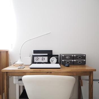 高さを抑えたアイテムを集めることで、机を広く感じさせています。経年変化を楽しめる木目の美しいデスクは、丁寧に拭きあげて使い続けていきたいものですね。