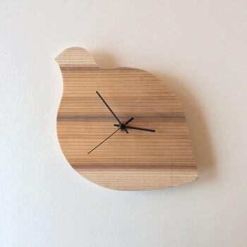 富山県産杉の文字盤にスイープタイプのムーブメントを取り付ける時計のキット。5種類の形状の木材がついているので、自分好みの装飾を加えることができます。なにもつけない、シンプルな状態でも素敵です。