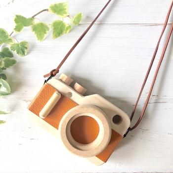 カメラのかたちにカットされた木のパーツに布や革をプラスして、自分らしいオリジナルのカメラを作り上げていきます。さりげないインテリアにぴったりですね。