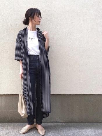 ジャストサイズのTシャツ×細身デニムのコーデにワンピースを合わせると、縦ラインがきれいな上品なコーデに。 モノトーンでまとめると大人っぽく決まります。