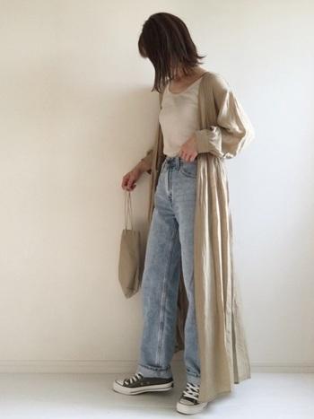 ふんわりシルエットが女性らしいカシュクールワンピースも、前を開けて羽織ればかっこいい着こなしに。  動きやすいワイドデニムとの組み合わせは、お出かけにもぴったりです。