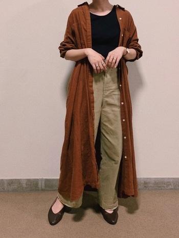 リブタンク×チノパンツのスタイルに、ブラウンのシャツワンピースを羽織って。  ワンピースを襟抜きして着ることで、ラフな雰囲気がでてフェミニンな印象がアップ。 パンプスもブラウンを選んで、季節感を出すと素敵です。