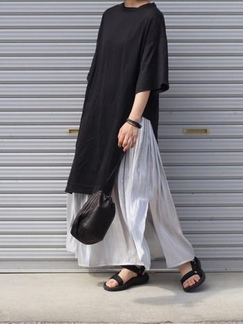 メンズライクになりがちな黒のカットソーワンピースも、プリーツスカートを合わせれば、程よくフェミニンに♪  スリット入り+光沢のあるスカートだから、ブラック×グレーのコーディネートも重くなくシックに決まります。