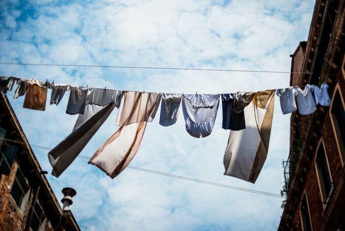 しまい洗いをして乾かす時はもちろん、洋服を収納する時も乾燥した晴れの日に行うのが大切です。湿度の高い日に作業をすると、洋服が湿気を含んでしまうので注意しましょう。事前に天気予報をチェックしておくといいですね。
