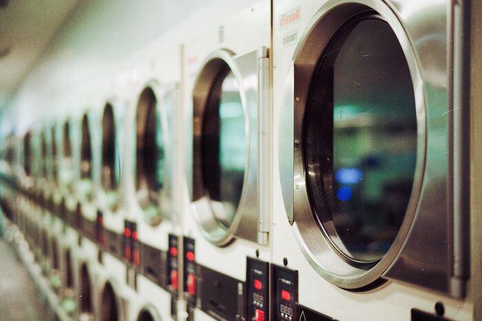 洗濯後の洋服を乾かすには、乾燥器を使うのもおすすめです。衣替え作業をする日が湿度の高い日なら、乾いていた洋服でも収納する前にサッと乾燥させると◎洋服がたくさんある場合はコインランドリーへ持っていくと早いですよ。