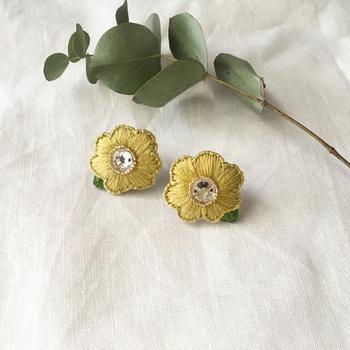 刺繍で丁寧に縫いとるお花のイヤリングは、ひと針ひと針想いを込めることで、自分だけの大切なアクセサリーになります。耳元にぱっと明るく花開くお花がとても素敵です。