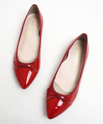 やわらかなエナメル素材で、履き心地よく作られたバレエシューズ。ポインテッドトゥデザインで、フラットシューズでも女性らしく見えるのがポイントです。防水加工が施されているため、晴雨兼用で活用できます。カラーはレッド・ブラック・ベージュ・ネイビーの4色展開。