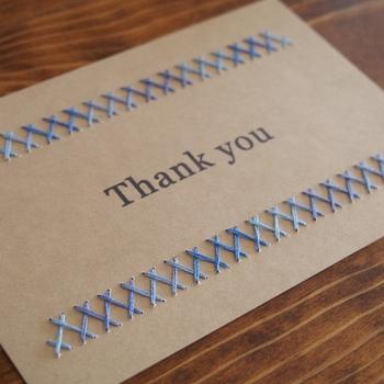 こちらのカードのように、絵柄や文字にこだわらず、こちらのカードのように縁取りやラインを刺繍するだけでもOK。 ガラリと雰囲気が変わりますね。