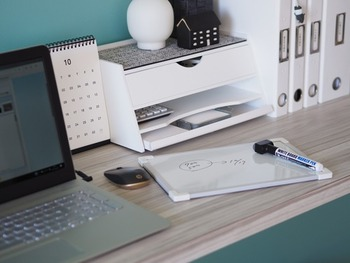 家で家事や作業をしている時、忘れないようにメモを残しておきたいことってありますよね…。 こちらのブロガーさん、以前はメモする時のためにと、いらなくなった裏紙をカットしてメモ用紙にしていたそうなんですが、それに代わるものとして「ホワイトボード」を活用。  すぐに処分することになる程度のメモであれば、思い立った時にパパッと書け、サッと消すことも出来る。メモ用紙を探してくる手間もかからないし、ゴミも出ない。