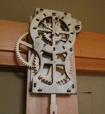 大胆なデザインのふりこ時計を手作りできるキットです。巻き上げられた糸がおもりにひかれて、歯車が回ります。ついつい動きを眺めてしまう面白い時計です。