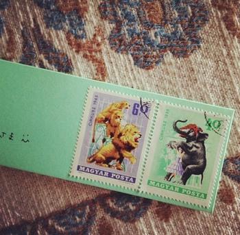 海外の使用済み切手はネットなどでリーズナブルにアソートを購入することもできます。  手間もかからずセンスアップした一通にしたいなら、ぜひ試してみてくださいね。  ※こちらの手紙では「裏面に切手を貼り付けている」旨を宛名下に添え書きの上、封筒裏に日本郵便の切手を貼付しています。