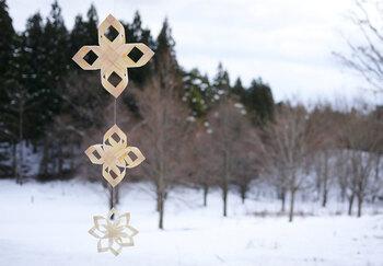 透明感のあるなめらかな経木を使ったユニークなオーナメントを作ることができるキットです。カット済みの薄板を曲げて作ります。三つつなげると、豪華なオーナメントになりますね。