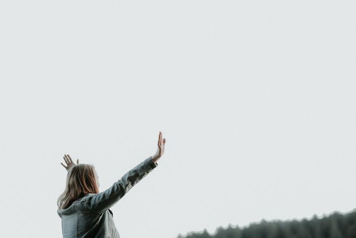 わたしたちは言葉で思考しており、自己対話は1日に6~10万回といわれています。そのほとんどが、同じことの反芻です。あなたが毎日繰り返す、自己対話の中身はどんなものでしょうか? ネガティブな言葉は、あなたから活力を奪います。ポジティブな言葉は、あなたに力を与えてくれます。どちらを使うと幸せを呼び込めるかは、明解ですよね。