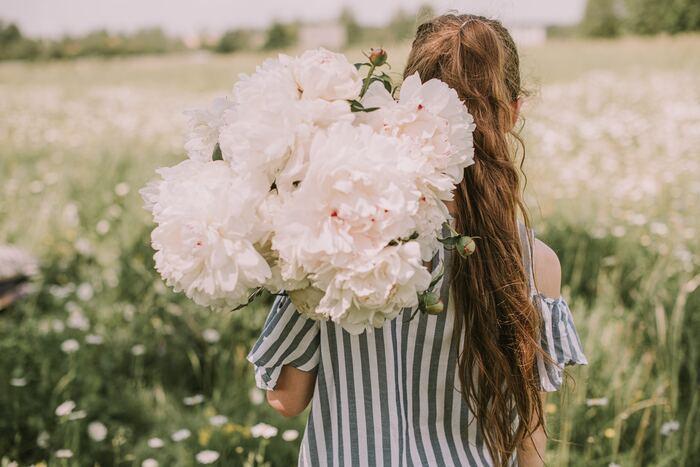 幸せを呼び込む、《言葉・考え方・行動》10の習慣をご紹介しました。ポジティブな言葉、考え方、行動のうち、どれでも構いません。できそうだなと思えるところから、ゆるりと始めてみましょう。自分から少しでも変化を起こすことで、小さな幸せが呼び込めるようになるはずです。