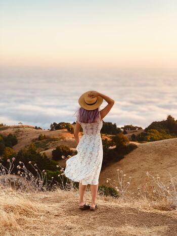 ネガティブな感情に支配されているとき、わたしたちは背筋が丸まっています。肺が圧迫されて呼吸が浅くなり、十分な酸素が脳や全身に行き渡らなくなるため、さらに気持ちが落ち込んだり体がだるくなったりするのです。しゃんと背筋を伸ばし、骨盤を立て、姿勢を正しい状態に戻すことで、心や体の重苦しさから解放してあげましょう。