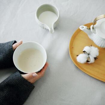 子どもから大人まで飲みやすく、日常使いしやすいお茶として親しまれるほうじ茶。優しい味わいと香ばしい香りに、自然と癒されます。基本の淹れ方の他、ミルクティー仕立てにしても美味。まったり過ごすくつろぎタイムにぴったりです。