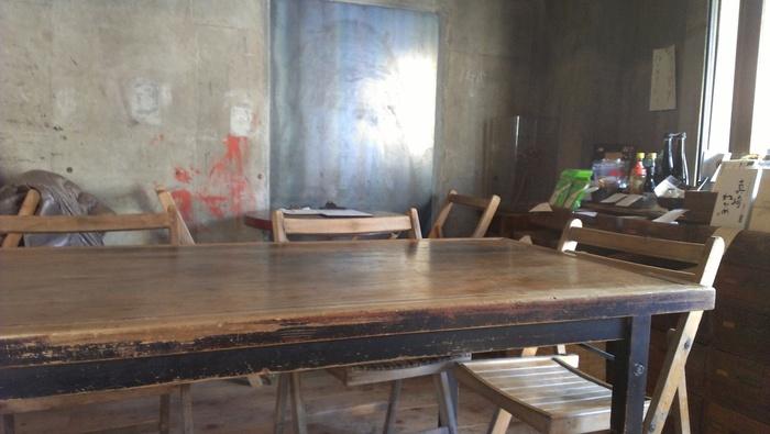 打ちっぱなしの壁がおしゃれな店内は、ビンテージな家具で統一された、ほっと落ち着ける空間に♪旬の野菜やお魚、肉を使った料理はもちろん、夜には全国から取り寄せた日本酒などの美味しいお酒をいただくことができるんです。