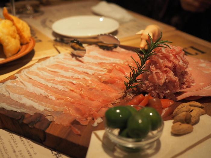 いつも人で溢れる店内は、まるで本場のカジュアルなイタリアンレストランに迷い込んだかのような気持ちに♪プロシュットやチーズなど、イタリアンワインによく合うアラカルトも豊富です。