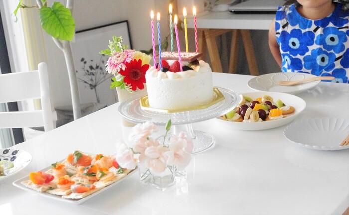 お誕生日、記念日などの特別な日に…。食卓にこのケーキスタンドがひとつあるだけで、素敵な思い出のワンシーンになることでしょう。 食卓に高低差が生まれるので、いつもより特別な感じを演出。ケーキもより引き立ちます♪