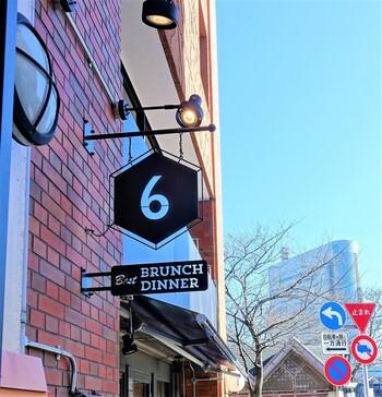 ここが浅草!?…と思ってしまうような、ブルックリン風の外観がおしゃれな「SUKE6 DINER(スケロク ダイナー)」。お店の名前にはどこか和風な趣があってユニークですよね♪