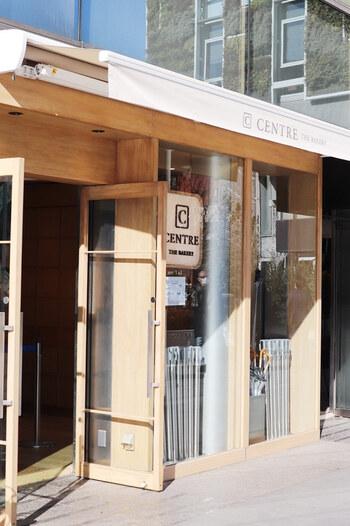 次にご紹介するのは、東京・表参道にある話題の食パン専門店、「CENTRE THE BAKERY(セントルザ・ベーカリー)青山店」です。銀座店に続く2号店としてオープンして以来、多くのファンから愛されている人気店です。