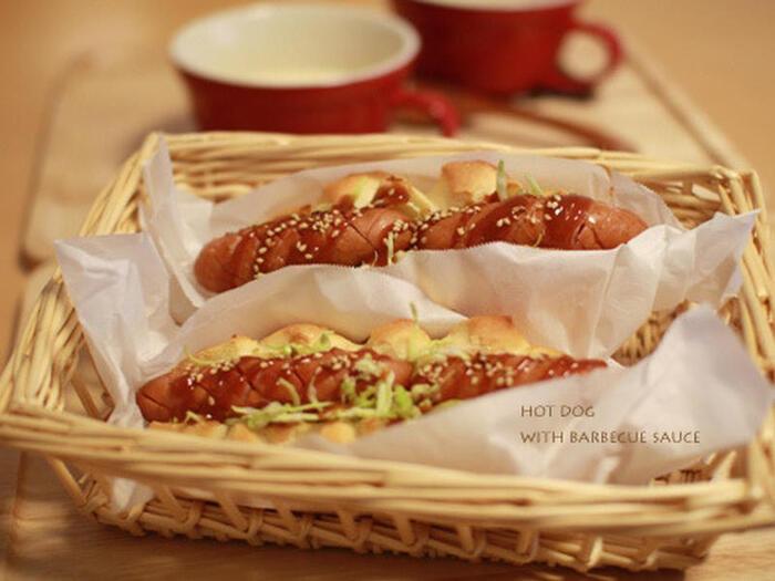 バーベキューグリルでフランクフルトを焼いたら、あらかじめ準備しておいたパンにはさんで出来立てのホットドッグに。