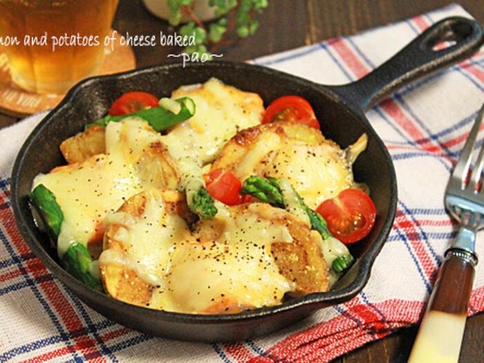 玉ねぎを下に敷いて、サーモン&ポテトの黄金コンビにマヨネーズとチーズをかけて焼きます。彩りも良く、アウトドアシーンが華やかになります。