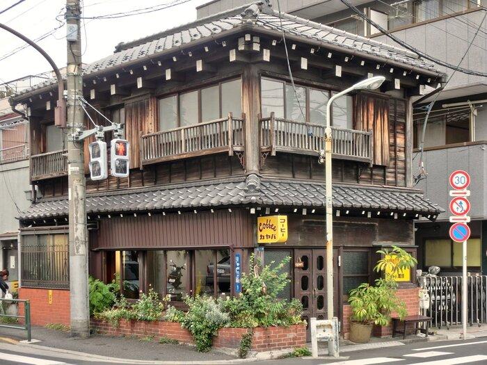 東京メトロ千代田線根津駅から、徒歩10分ほどの場所にある「カヤバ珈琲」。タイムスリップしたような古民家の佇まいが素敵ですよね。建てられたのは大正5年!歴史を感じますね。