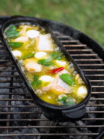 塩鮭の塩分とバジルペーストでほぼ味が決まるので、弱火でじっくりコトコトとオイル煮にすれば、失敗なく作れます。 ワインはもちろんビールにも合い、お酒のお供にぴったり!