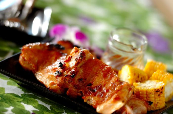 鶏を一羽を丸ごとまわしながら焼くワイルドなハワイ風バーベキュー。調味液に入っているパイナップルジュースの効果で中までやわらかくジューシーに。