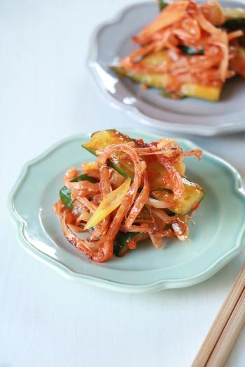 キュウリをたたいてさきいかと和える即席キムチ風和え物。 キュウリの他にもセロリやキャベツなどの野菜も加えて作れるのでうれしい。