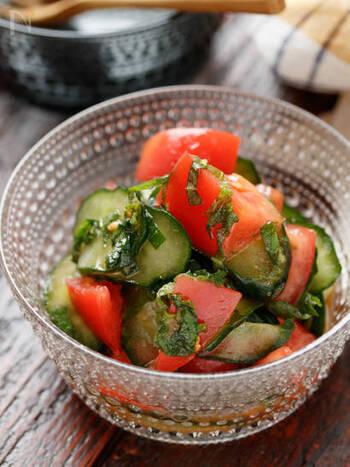 トマトと塩もみしたきゅうりをめんつゆベースのマリネ液で和えるだけ。酸味と青じその爽やかさが暑い季節にぴったり。
