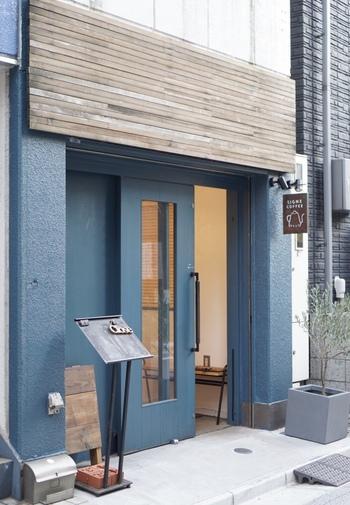 根津の人気カフェとして、SNSで写真がたくさんアップされている「SIGNE COFFEE」。ブルーの外観が爽やかで可愛いですね♪