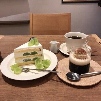 季節ごとの果物を使ったケーキが大人気です。9月はシャインマスカットのショートケーキが味わえます。ジューシーなマスカットとしっとりしたスポンジ、生クリームが一体となると、たまらない美味しさです。コーヒーとの相性もぴったりですよ。