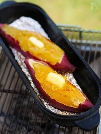 ダッチオーブンで作った焼き芋はふっくらとした焼き上がりでとってもおいしい。バターをのせておいしさアップ。