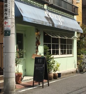 ブルーのひさしとミントグリーンの外壁が目印の「COUZT CAFE」。大きな窓から中を覗きたくなっちゃいますね。男性にも女性にも人気のカフェです。