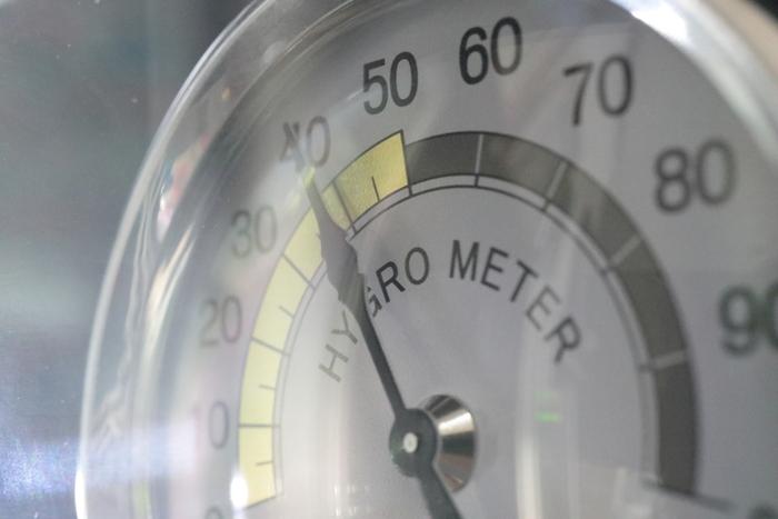 衣替えでは湿度に気を付けることも大切。梅雨や秋の長雨の時期はなるべく避けて行いましょう。雨の日や曇りの日は避け、晴れの日が数日続いた後が特におすすめ。室内の湿度が低くなっていると、カビなどのトラブルも防げます。温度計と合わせて、湿度計もチェックしておくと安心です。