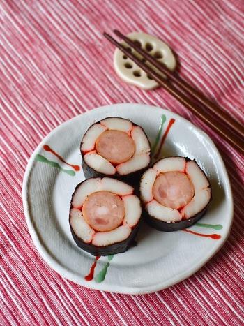 カニカマとウインナーを使った、断面がお花の形の可愛い海苔巻き。並べ方のコツさえ押さえれば、簡単に作れます。お子さんのお弁当の入れたら、喜んでくれそうですね。