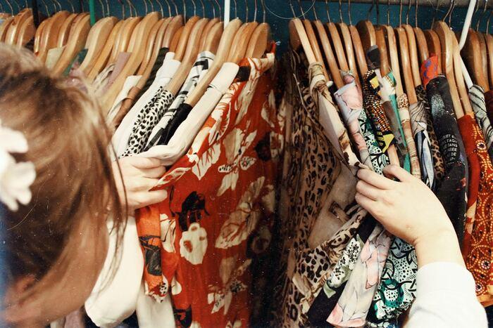 """衣替えは断捨離のチャンスでもあるんです。洋服を捨てるタイミングがわからない方は、ぜひこの機会に見直してみてください。まずは、見た目で劣化の度合いをチェック。ヨレや染み、破れなどがないか確認しましょう。最終的な決定ポイントは""""来年も着たいかどうか?""""。古着は、フリマアプリへの出品のほか、リサイクルや資源回収に回す方法もありますよ。"""