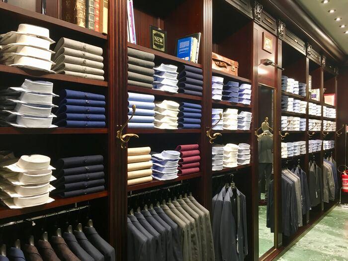 1年を通して着るスーツも、春と秋、2回の衣替えが必要です。スーツの場合、春の衣替えは少し早めの4月中旬以降が最適で、5月の連休が明けたら完全に春夏もののスーツに切り替えましょう。秋の衣替えの時期は反対に少し遅めで、10月中旬頃が秋冬スーツに切り替える目安になります。気温をチェックしながら、微妙な時期はワイシャツの素材を替えるなどして調節すると良いでしょう。