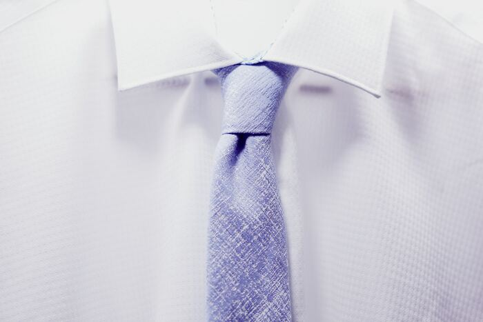 スーツと同様、ワイシャツやネクタイなどのアイテムも衣替えが必要です。通年使えるワイシャツもありますが、素材などによって季節に合うものを選ぶとより快適に過ごせます。夏のワイシャツには、ポリエステルやリネンなどの涼し気なものがおすすめ。秋冬用では裏起毛のワイシャツなどもあるのだそう♪  ネクタイは、季節のイメージに合わせて切り替えるとよりしっくりきます。ポリエステルなどのさらっとした素材のネクタイは夏に、ウールなどの暖かみのある素材は冬に似合います。寒色系や暖色系などのカラー使いも意識してみてくださいね。