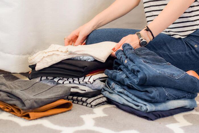衣替えには、便利グッズを使うと仕分けが簡単です。圧縮袋や衣装ケースなどを上手に使って、次の衣替えでスムーズに取り出せるようにしましょう。量の多い冬小物は、中身が見える洗濯ネットなどにまとめて収納しておくと、次シーズンに見つけやすく、新たにグッズを購入する必要もなくおすすめ。春の衣替えでは特に意識してみてくださいね。