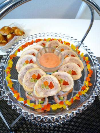 鶏もも肉で豚ひき肉と野菜を巻いたボリューム満点のくるくるロール。にんじん、パプリカ、アスパラで彩り鮮やかにしっとりと仕上がっています。断面が見えるように美しく盛り付けましょう。