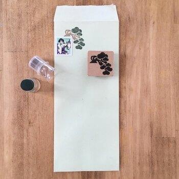 最近、切手と組み合わせるだけで楽しい世界観を作ってくれるスタンプが増えているのをご存知ですか?  たとえばこちらでは、盆栽モチーフのスタンプを使うことで、歌舞伎デザインの切手がいきいきと!ストーリーを感じさせてくれますよ。