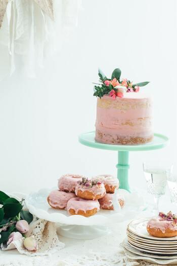複数の「ケーキスタンド」を使って食卓にリズムをつけても楽しいですね!デザインの違うスタンドを組み合わせると、テーブルの上がより楽しい雰囲気に…。