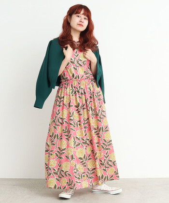 華やかな色使いと、大胆なフラワープリントがおしゃれなワンピース。グリーンのカーディガンと、ピンクの花柄ワンピースの組合せがとっても可愛いですね。