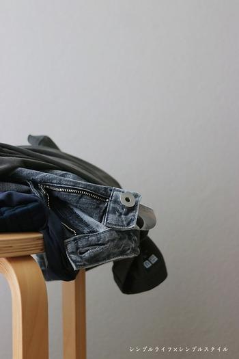 気温の変動が激しい季節の変わり目。一気に夏ものをしまうのではなく、秋にも着られるアイテムは残しておいて、いかにも夏らしいものからしまっていくと◎秋ものはシャツやカーディガンなど羽織りものや重ね着できるアイテムを先に出しておくと使いやすいですね。